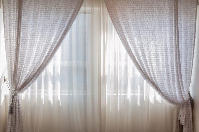 Firany i zasłony – wprowadź elegancję do domowego wnętrza