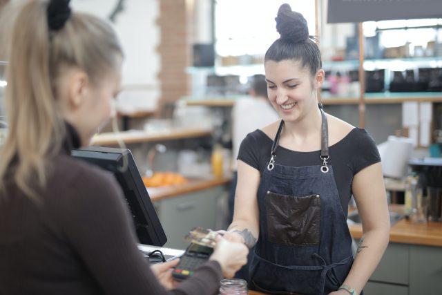 Kasjerzy zarabiają coraz lepiej – jakie zadania czekają na sprzedawców?